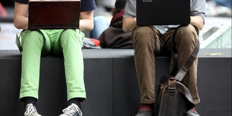 Zwei Männer surfen im Internet - Foto: über dts Nachrichtenagentur