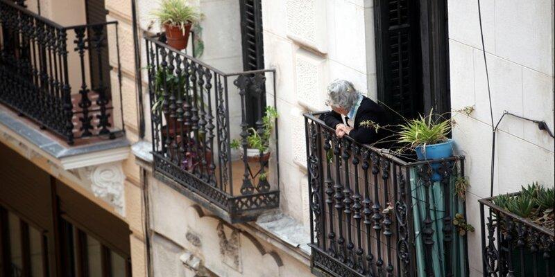 Seniorin schaut von einem Balkon - Foto: über dts Nachrichtenagentur