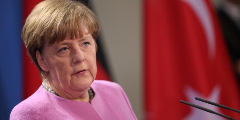 Angela Merkel vor einer Flagge der Türkei - Foto: über dts Nachrichtenagentur