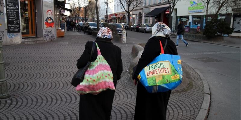 Zwei Frauen mit Kopftuch in Berlin-Kreuzberg - Foto: über dts Nachrichtenagentur