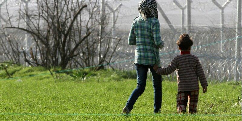 Flüchtlinge vor einem Grenzzaun - Foto: über dts Nachrichtenagentur