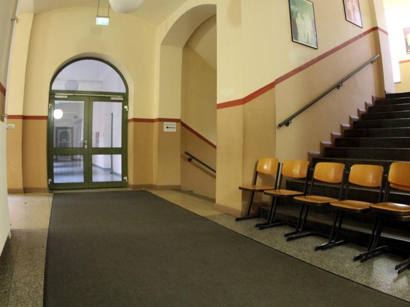 Stühle im Flur einer Schule - Foto: über dts Nachrichtenagentur