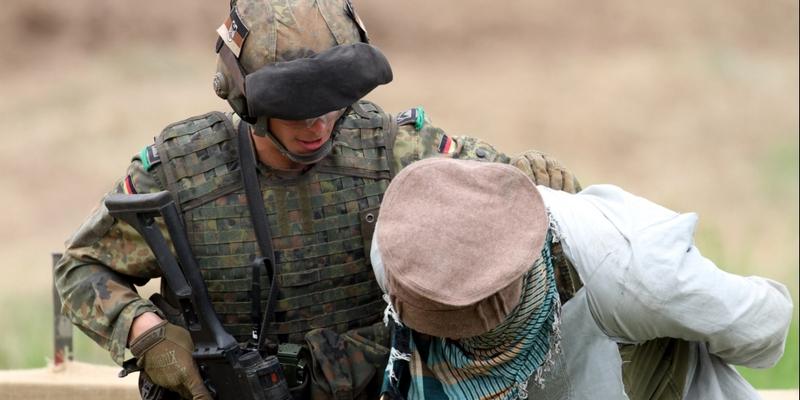 Soldat übt Festnahme - Foto: über dts Nachrichtenagentur