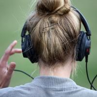 Frau mit Kopfhörern - Foto: über dts Nachrichtenagentur