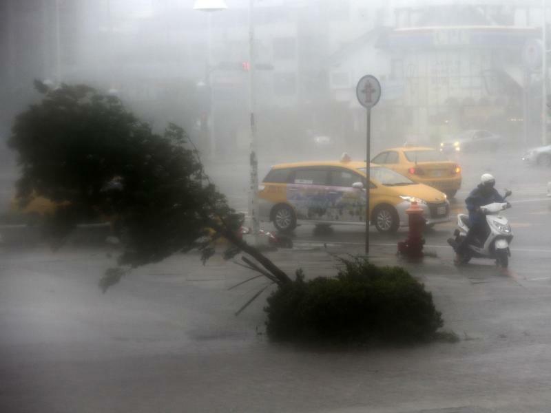 Steife Brise - Foto: Der Super-Taifun «Meranti» hat Taiwan erreicht und das öffentliche Leben mancherorts lahmgelegt. Die Weltwetterorganisation (WMO) nennt für Taifune fünf Kategorien. Die verheerendsten Unwetter, Super-Taifune wie «Meranti», wirbeln mit mehr als 249 Kilomet