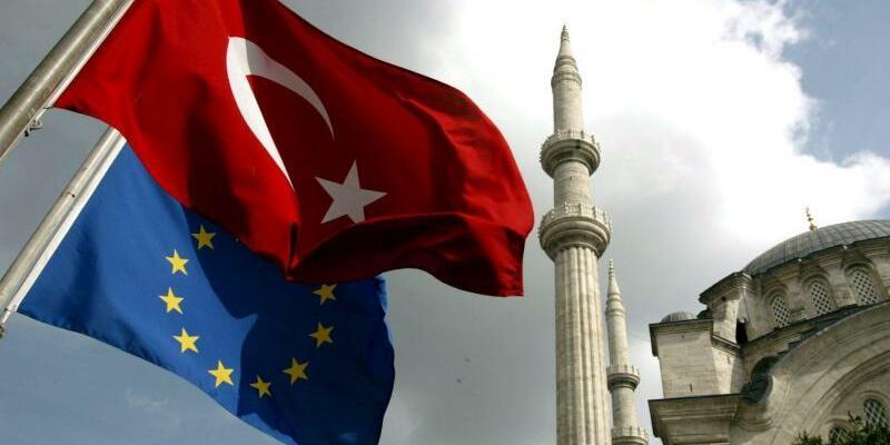 Türkische und EU-Flagge in Istanbul - Foto: Tolga Bozoglu