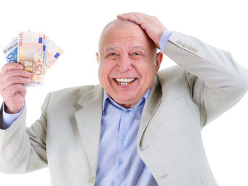 Rentner mit Geldscheinen aus der Altersvorsorge in der Hand  - Foto: Fotolia, 92465058, kulniz