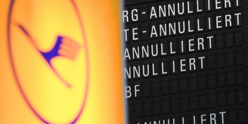 Lufthansa-Logo vor Anzeigetafel - Foto: Arne Dedert