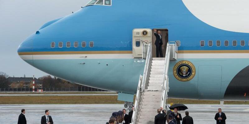 Air Force One - Foto: US-Präsident Obama beim Besuch in Berlin und einer der jetzigen 747-Jets, die seit den frühen 1990er Jahren den Präsidenten um die Welt fliegen. Foto:Rainer Jensen