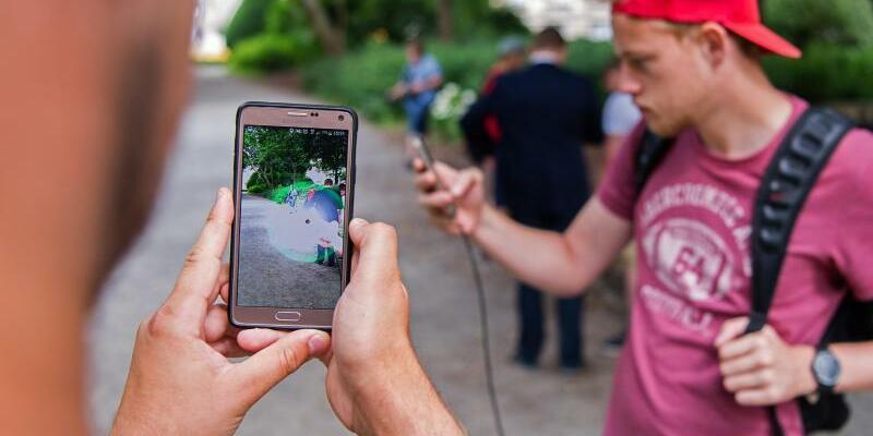 Pokémon-Go-Spieler - Foto: Sebastian Gollnow