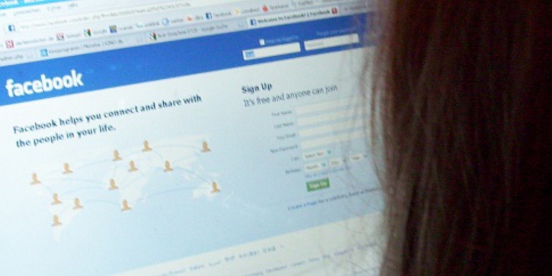 Facebook-Nutzerin vor dem Computer - Foto: über dts Nachrichtenagentur