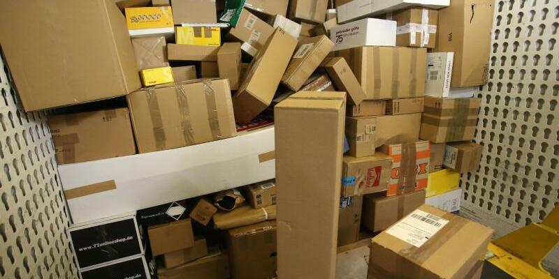 Paketdienst - Foto: Pakete warten in Rostock auf die Verteilung. Foto:Bernd Wüstneck