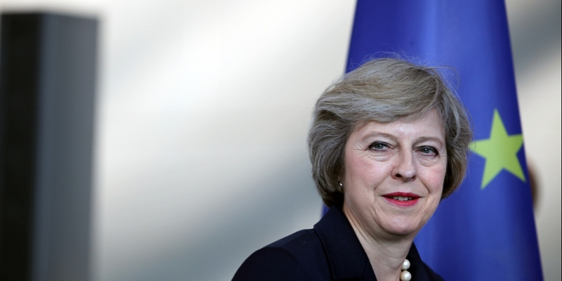 Theresa May vor EU-Fahne - Foto: über dts Nachrichtenagentur