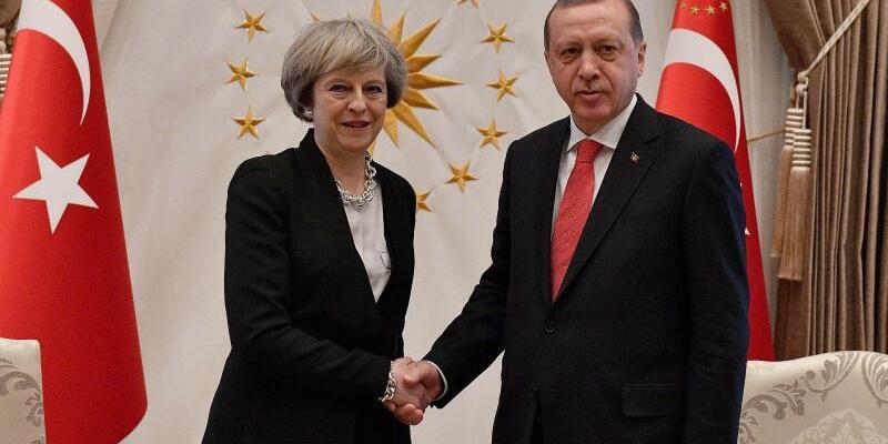 May und Erdogan - Foto: May und Erdogan beschlossen, das Handelsvolumen zwischen beiden Ländern auf 20 Milliarden Dollar anzuheben. Foto:Andrew Parsons