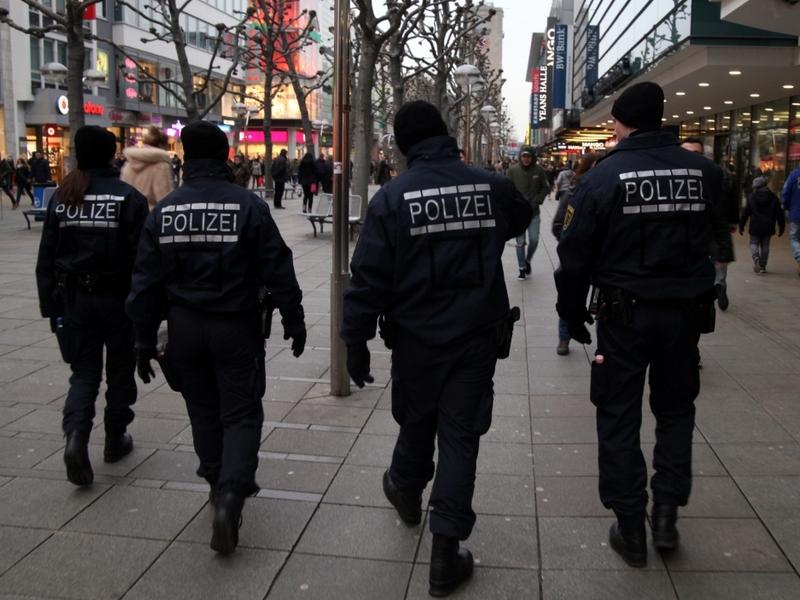 Polizei in einer Fußgängerzone - Foto: über dts Nachrichtenagentur