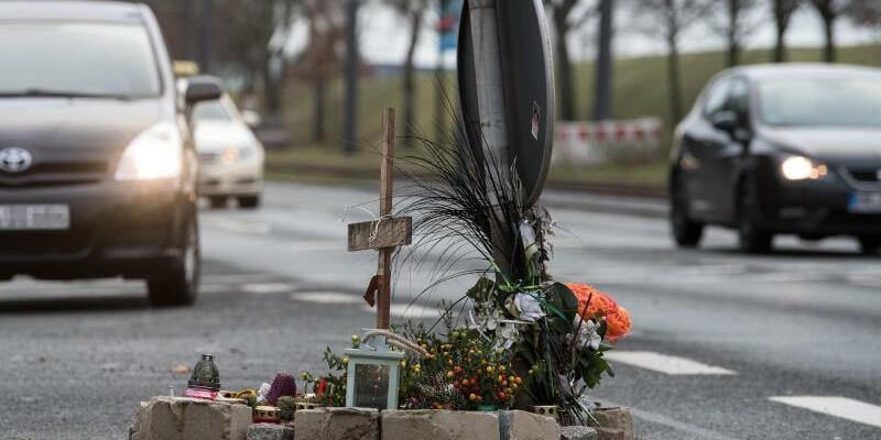 Mordprozess gegen Motorradfahrer - Foto: Blumen und ein Holzkreuz erinnern auf einer Kreuzung in Bremen an den Tod des 75 Jahre alten Mannes, der von einem Motorradfahrer überfahren wurde. Foto:Ingo Wagner