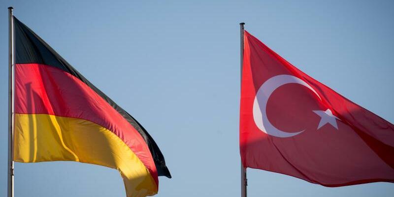 Deutsche und türkische Fahne - Foto: Kay Nietfeld