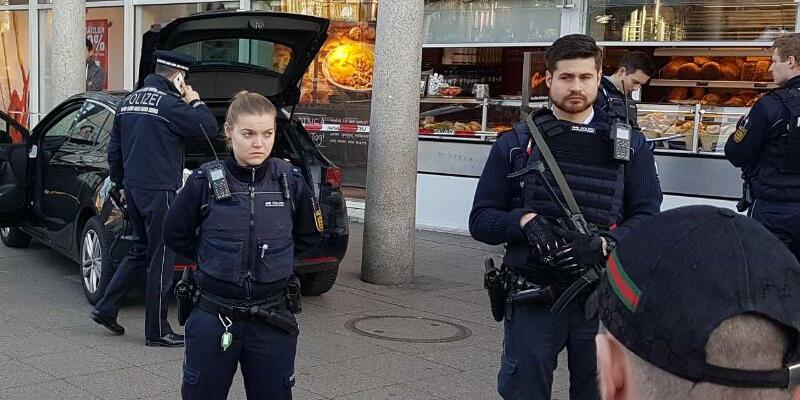 Polizisten - Foto: R. Priebe