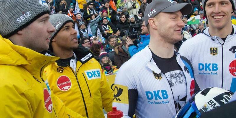 Bobfahrer - Foto: Johannes Lochner (l-r) mit Joshua Bluhm und Francesco Friedrich mit Thorsten Margis stehen im Zielbereich der Bobbahn zusammen. Foto:Peter Kneffel