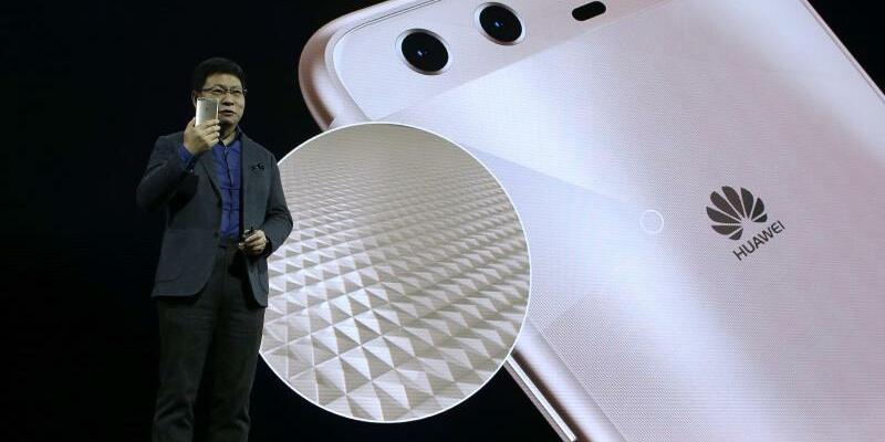 Huawei P10 - Foto: Richard Yu stellt das neue Huawei P10 vor. Foto:Manu Fernandez