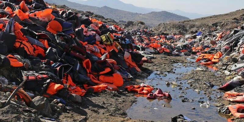 Rettungswesten von Flüchtlingen - Foto: Owen Humphreys