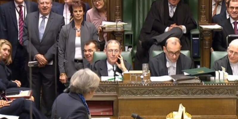 May im Parlament - Foto: Die britische Premierministerin Theresa May (im Vordergrund) steht während einer Fragestunde im Parlament Rede und Antwort. Foto:Archiv