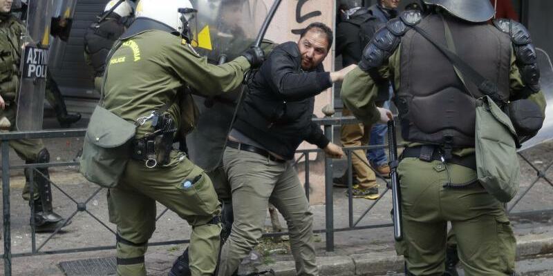 Protest in Athen - Foto: Zwischen Polizisten und kretischen Landwirten ist es vor dem Landwirtschaftsministerium inAthen zu gewaltsamen Auseinandersetzungen gekommen. Foto:Thanassis Stavrakis