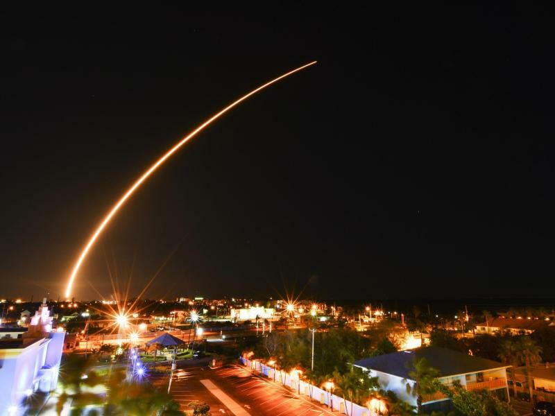 Auf dem Weg ins All - Foto: Eine SpaceX «Falcon 9»-Trägerrakete beim Start vom Kennedy Space Center in Florida. Die Rakete bringt den Kommunikationssatelliten Echostar XXIII ins All. Foto: Malcolm Denemark
