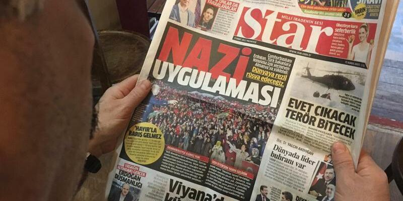 Türkische Zeitung - Foto: Auf der Titelseite der türkischen regierungsnahen Zeitung Star ist ein Foto vom Auftritt Erdogans zu sehen, darüber steht: Nazi-Praxis. Foto:Linda Say