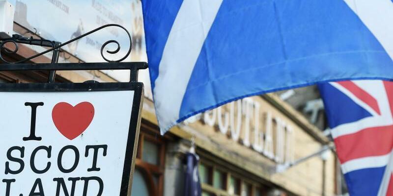 Schottische und britische Flagge - Foto: Andy Rain