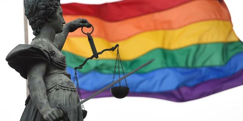 Justitia vor Regenbogenfahne - Foto: Arne Dedert