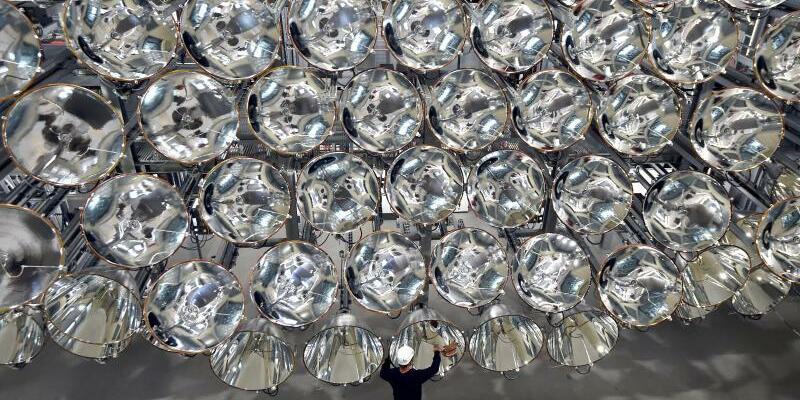 Künstliche Sonne - Foto: Mit dem Licht von Synlight im Deutschen Zentrum für Luft- und Raumfahrt in Jülich kann die 10.000-fache Intensität der Sonneneinstrahlung auf der Erde erreicht werden. Foto:Caroline Seidel