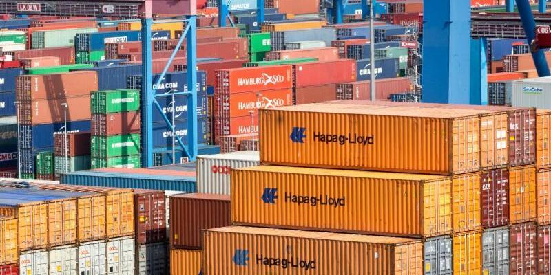 Hapag-Lloyd - Foto: Ein Containerschiff der Reederei Hapag-Lloyd liegt am Terminal Burchardkai (CTB) im Hafen von Hamburg. Foto:Christian Charisius