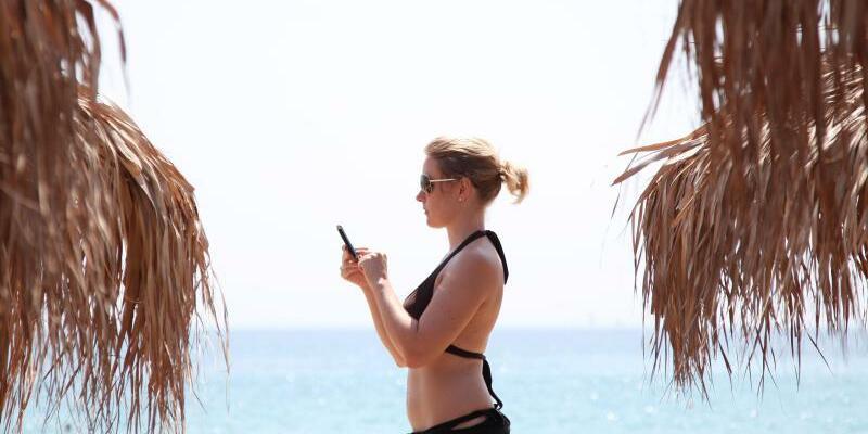 Mit dem Handy am Strand - Foto: Friso Gentsch