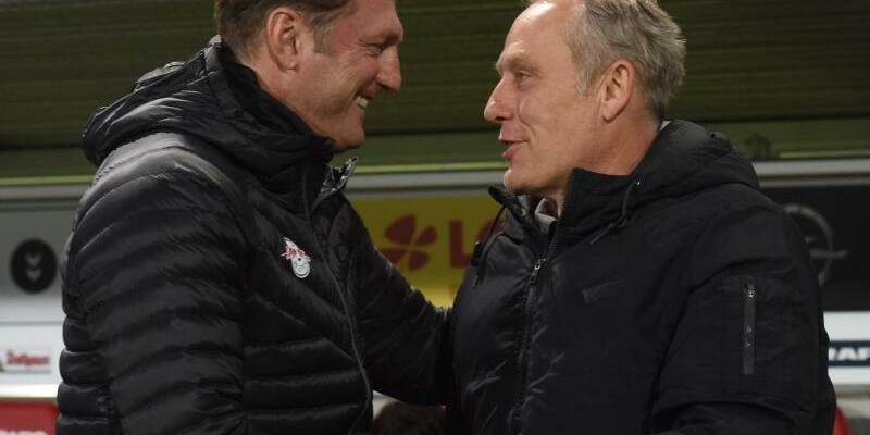 Wertschätzung - Foto: Leipzigs Trainer Ralph Hasenhüttl (l) und Trainer Christian Streich vom SC Freiburg schätzen einander. Foto:Patrick Seeger