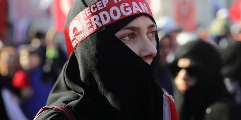Erdogan-Anhängerin - Foto: Michael Kappeler