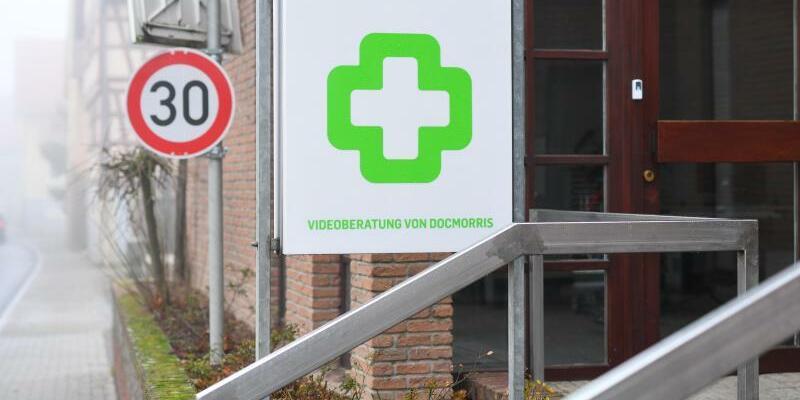 DocMorris-Automatenapotheke - Foto: DocMorris hatte die lang geplante Abgabestelle von Arzneimitteln in Hüffenhardt in Baden-Württemberg erst am Mittwochnachmittag eröffnet. Foto:Uwe Anspach