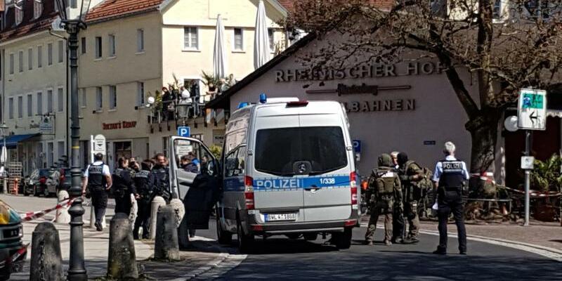 Einsatz in Waldshut - Foto: Polizeikräfte stehen vor der Bank in Waldshut. Foto:Patrick Seeger