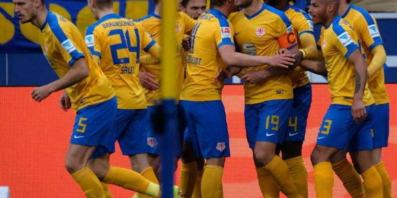 Klare Sieger - Foto: Die Spieler von Eintracht Braunschweig jubeln. Sie haben Union Berlin mit 3:1 besiegt. Foto:Peter Steffen