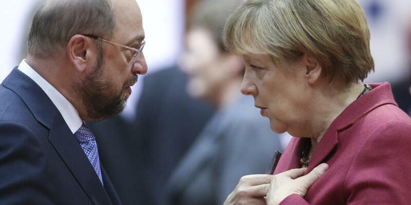 Schulz und Merkel - Foto: Olivier Hoslet