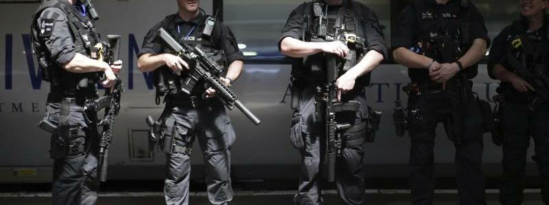 Nach Anschlag in Manchester - Foto: Schwer bewaffnete Polizisten patrouillieren auf dem Euston-Bahnhof in London. Foto:Yui Mok/PAWire