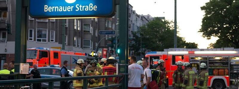 U-Bahnhof - Foto: Rettungskräfte und Einsatzfahrzeuge am U-Bahnhof Bernauer Straße inBerlin. Foto:Paul Zinken