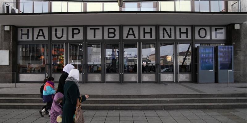 Frauen mit Kopftuch vor dem Ulmer Hbf - Foto: über dts Nachrichtenagentur