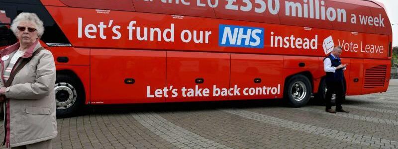 Postfaktische Brexit-Kampagne - Foto: Postfaktische Brexit-Kampagne:Auf diesem Bus wurde eine völlig übertriebene Summe genannt, die die Briten angeblich an die EUzahlen. Nach dem Erfolg imReferendum gaben die Initiatoren zu, dass die Zahlen falsch waren.Foto:Str