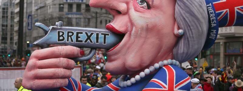 Brexit beim Rosenmontagumzug - Foto: So sahen es die Düsseldorfer Karnevalisten im Februar:Regierungschefin Theresa May entleibt sich mit dem Brexit selbst. Foto:Ina Fassbender