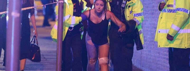 Anschläge - Foto: Polizisten kümmern sich um eine bei dem jüngsten Terroranschlag in London verletzte Frau. Nach drei Terroranschlägen innerhalb von drei Monaten werfen Kritiker May vor, während ihrer Zeit als Innenministerin für den Abbau von über 20000 Stellen bei der P
