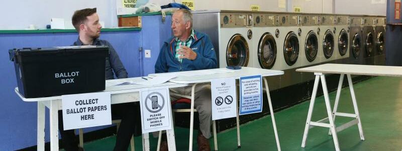 Wahlhelfer im Waschsalon - Foto: Jonathan Brady