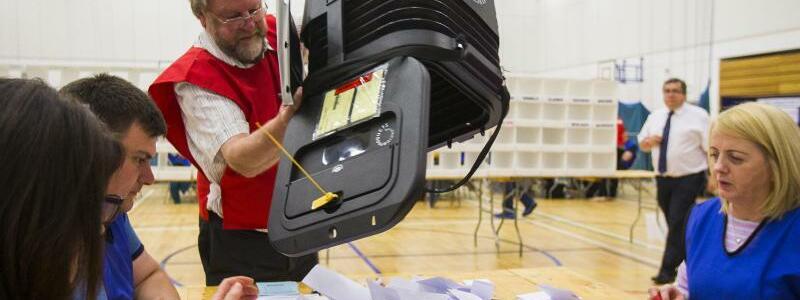 Wahlhelfer zählen aus - Foto: Nigel Roddis
