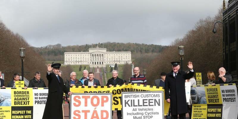 Brexit - Foto: Anti-Brexit-Aktivisten, von denen sich einige als Zöllner verkleidet haben, protestieren im nordirischen Belfast gegen den EU-Austritt. Foto:Brian Lawless