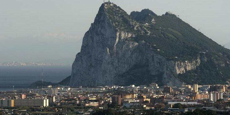 Gibraltar - Foto: Der Felsen von Gibraltar - der Südzipfel der iberischen Halbinsel ragt weithin sichtbar ins Mittelmeer. Die englische Kronkolonie am südlichsten Zipfel des europäischen Festlandes wurde vor 300 Jahren von englischen Truppen besetzt. Foto Thomas Schulze/Ar